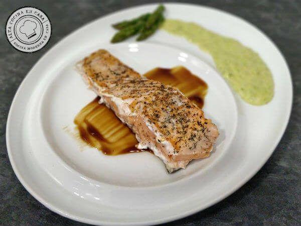Emplatado Salmon con crema espárragos