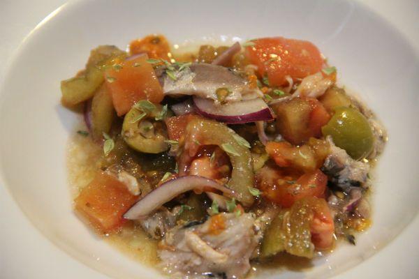 ensalada de tomate con sardinas confitadas a baja temperatura y vinagreta de erizo