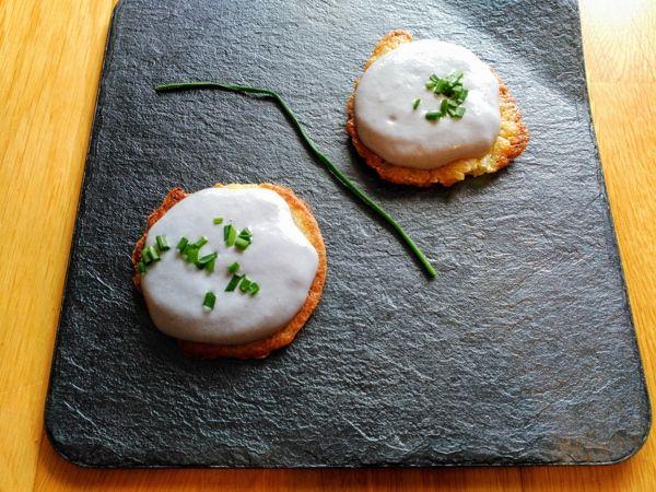 presentación de la espuma de patata violeta en forma de galleta