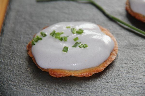 espuma de patata violeta con galleta de alioli crujiente
