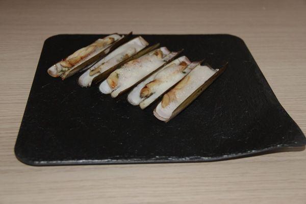 Presentación plato de navajas a la plancha con aire de limon
