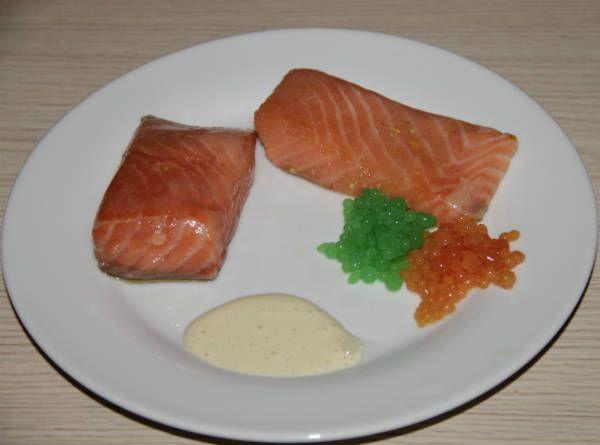 Presentación receta salmón a baja temperatura con caviar de cítricos
