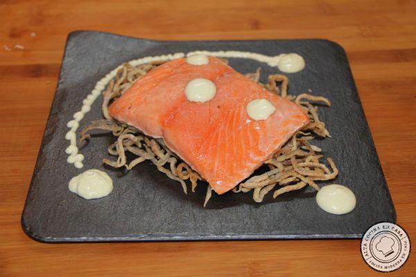 salmón a baja temperatura con crujiente de gulas y mayonesa de wasabi