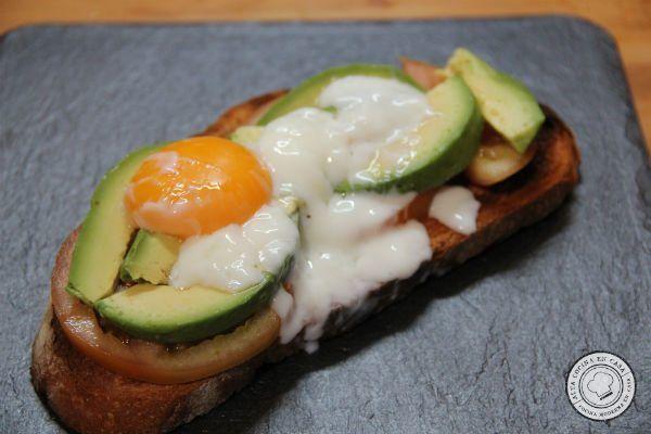 tostada de huevo a baja temperatura con aguacate
