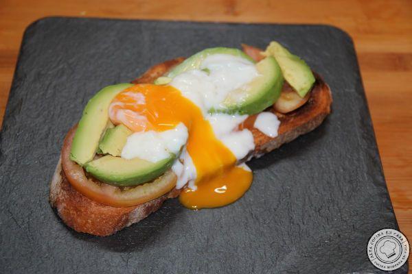 tostada de huevo a baja temperatura abierto con aguacate